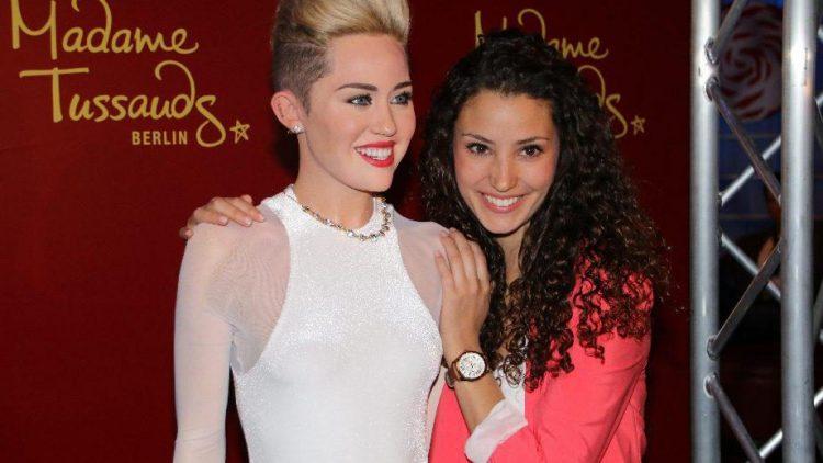 Die unechte Miley und ein echter Fan: GZSZ-Ayla Nadine Menz (r.).