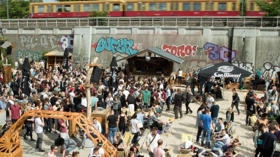 Auf dem alten Behala-Gelände am Berliner Osthafen wird in der Magdalena drinnen und draußen getanzt. Wie hier anlässliche der Fête de la Musique 2015.