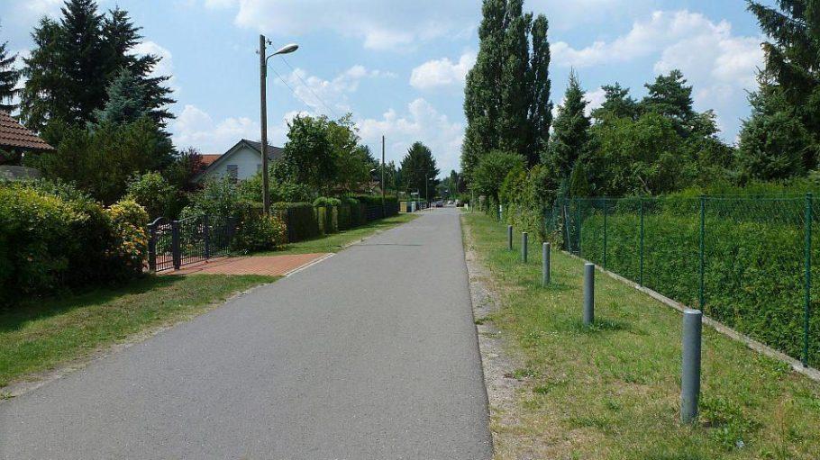 Im beschaulichen Mahlsdorf ersetzen in vielen Straßen Grünstreifen die Gehwege.