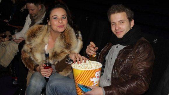 Die Schauspieler Maja Maneiro und Jacob Weigert teilen sich das Popcorn.
