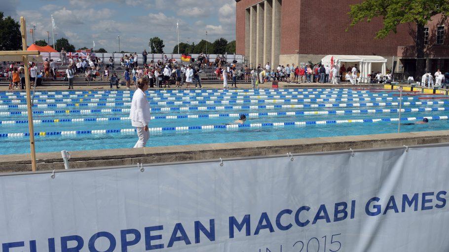 Trotz des Zickzacksommers schwimmen die Sportler der Makkabi Spiele im Olympiapark um die Medaillen.