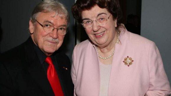 Ebenfalls unter den Gästen: Maler Matthias Koeppel und Ex-Senatorin Lore Maria Peschel-Gutzeit.