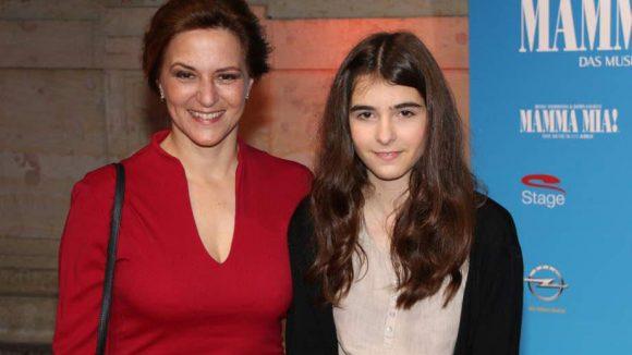 Schauspielerin Martina Gedeck (l.) wurde von ihrer Nichte Stella zur Premiere begleitet.