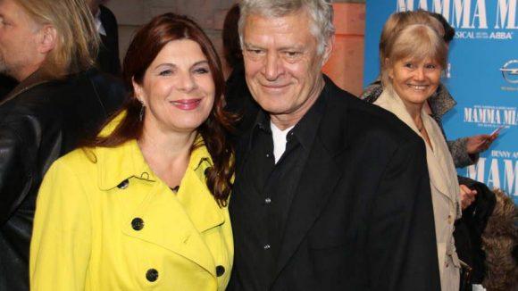 """Schauspieler Rüdiger Joswig, lange als Kapitän der """"Küstenwache"""" bekannt, mit seiner herrlich gelb gewandeten Ehefrau und Kollegin Claudia Wenzel."""