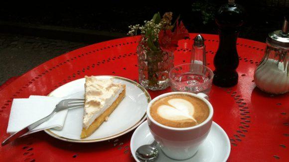 Kaffeepause im Mamsellchen. Dazu: Zitronentarte und Cappuccino - alles mit Herz gemacht.