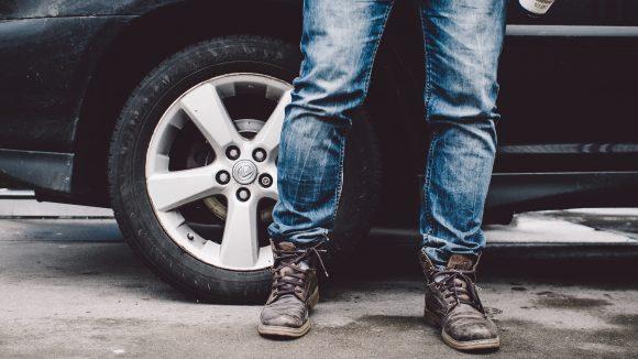 Dein Auto ist schon etwas älter und die Chancen für die TÜV-Plakette stehen eher schlecht? Drei Tipps zum Gebrauchtwagen-Verkauf.