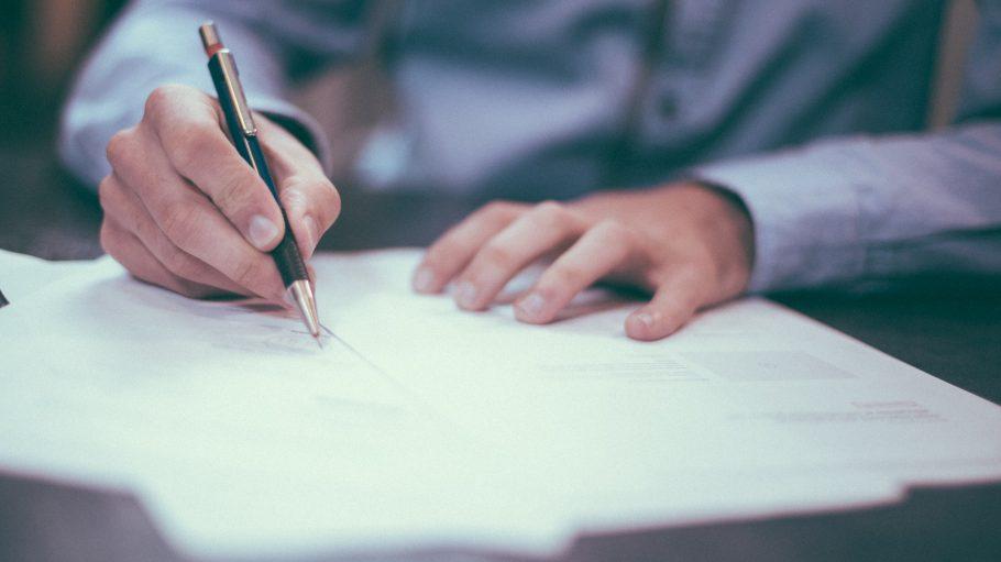Ob bei wichtigen Verträgen oder Problemen mit dem Nachbarn: Ein guter Anwalt behält den Überblick.