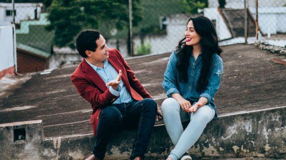 Vergiss Tinder! Hier kommen 10 tolle Flirt-Tipps für Berliner Singles.
