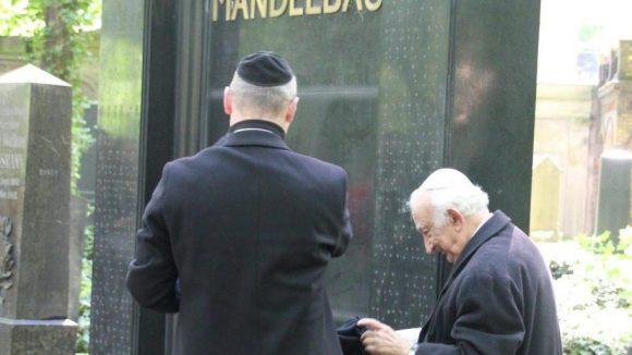 Auf dem Jüdischen Friedhof an der Schönhauser Allee strahlt ein altes Grabmal in neuem Glanz.