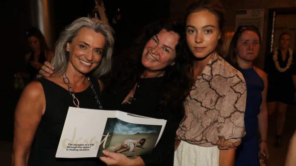 Gabo (Mitte) fotografierte die Desert-Kampagne mit den Models Manuele Simon (l) und Luise Großmann (r).