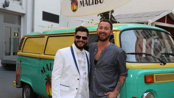 Das ist Designer Marcel Ostertag (r.) vor einem Sponsoren-Bully, den Kollege Manuel Cortez bemalt hat.