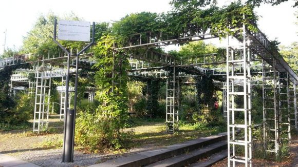 Die Stahlpergola an der Windscheidstraße bildet den Eingangsbereich zum Margarete-und-Arthur-Eloesser-Park.