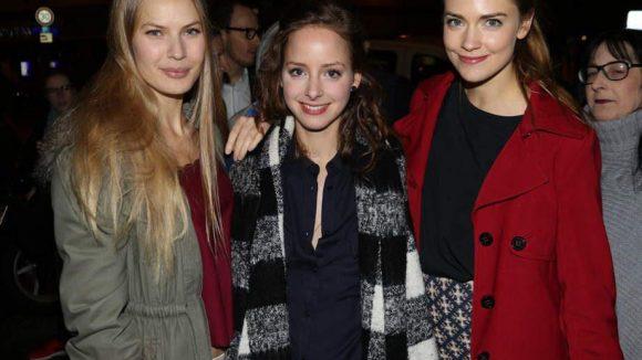"""Auf den roten Teppichen gaben sich vor allem Schauspieler und Models die Ehre, so wie Margarita Ruhl, Amelie Plaas-Link und Laura Berlin (v. l.) bei der Premiere von """"Deutschland 83""""."""
