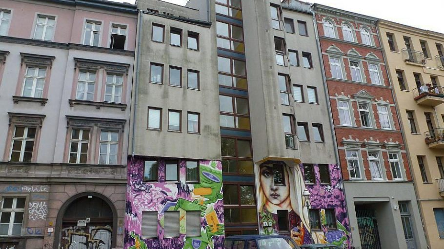Alt und neu und bunt bemalt: Häuser in der Wrangelstraße.