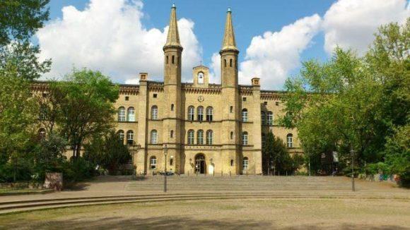 Das ehemalige Diakonissen-Krankenhaus und spätere Künstlerhaus Bethanien ist ein Wahrzeichen des Mariannenkiezes.