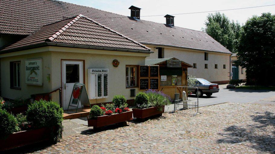 Lehmanns Bauernhof: Im Hofladen gibt es frische Produkte vom Bauernhof und Eier aus dem Automat direkt neben der Tür sogar zu jeder Zeit.