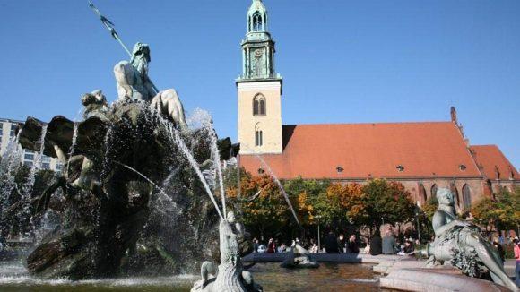 Marienkirche und Neptunbrunnen in Mitte.
