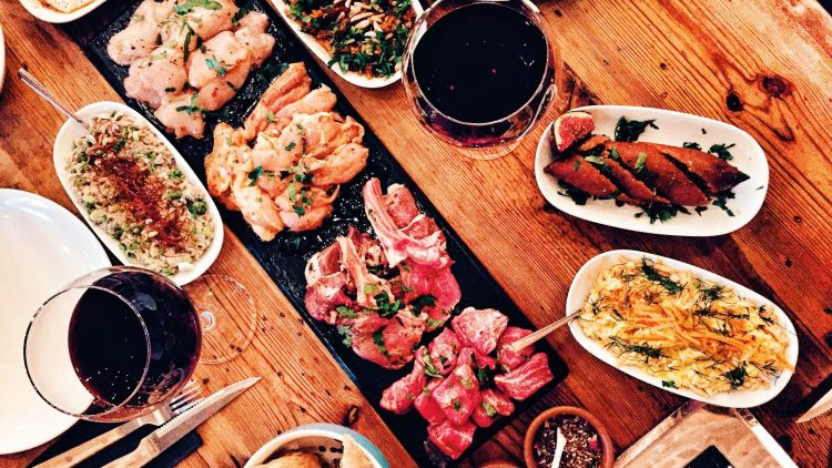 """Türkisches BBQ und Meze im """"Fes"""" in Kreuzberg. Auf den Grill kommt alles, was das Herz begehrt. Vor allem: viel Fleisch!"""