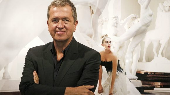 """Mario Testino vor einem seiner Bilder in Madrid, 2010. """"In Your Face"""" heißt seine Ausstellung, die ab 20. Januar 2015 in Berlin zu sehen sein wird."""