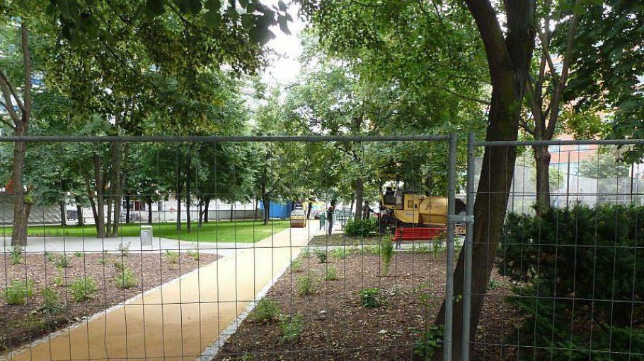 Noch kein Durchgang: Die Grünanlage auf dem Marion-Gräfin-Dönhoff-Platz kann wegen zu beseitigender Sturmschäden erst Anfang Juli betreten werden.