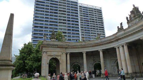Der Platz liegt zwischen Hochhäusern und hinter den sehenswerten Spittelkolonnaden an der Leipziger Straße.