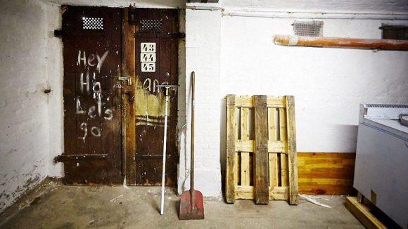 """""""Hey Ho Let's go"""" steht an der Tür, deren Zahlen früher angezeigt haben, zu welchem Stand der Keller gehört hat."""
