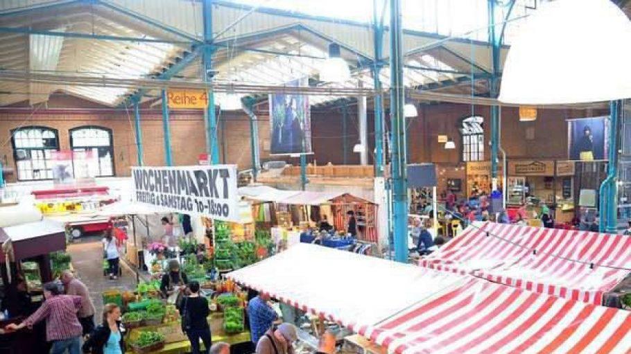 Buntes, geschäftiges Markttreiben: Jeweils freitags und samstags von 10 bis 18 Uhr verkaufen Händler aus Berlin und Brandenburg ihre Waren in der Markthalle Neun in Kreuzberg, auch Eisenbahnmarkthalle genannt.
