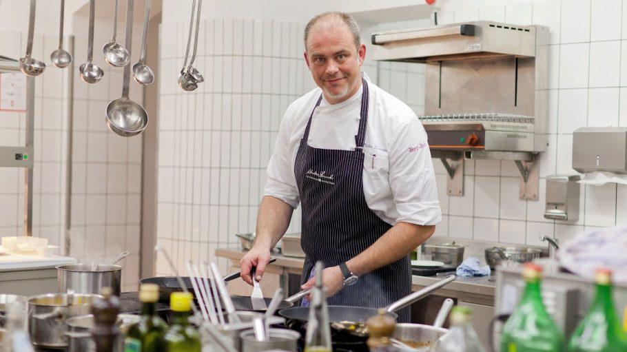 In der Restaurantküche in Wilmersdorf setzt Markus Semmler seine Kreationen um.