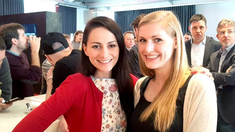 Die Sängerin und Youtuberin Marla Blumenblatt mit unserer QIEZ-Redakteurin Julia Wernicke