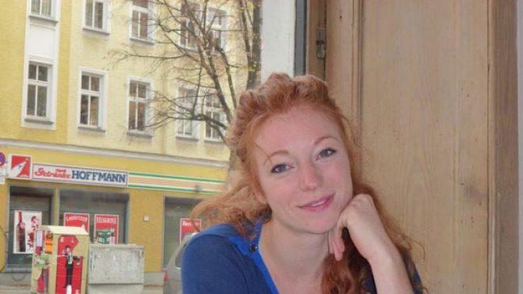 """Schauspielerin Marleen Lohse im Café """"Weltempfänger"""" am Arkonaplatz in Mitte: Hier fühlt sie sich wohl, trifft Nachbarn und Freunde und genießt das tobende Leben um sich herum."""