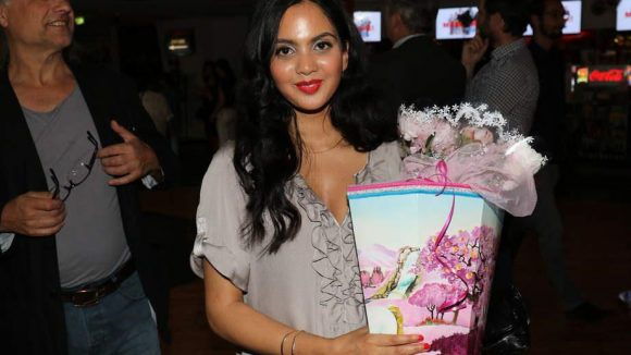Mira Kandathil (spielt Kissys Schwester Sonal) bekam eine Schultüte geschenkt.