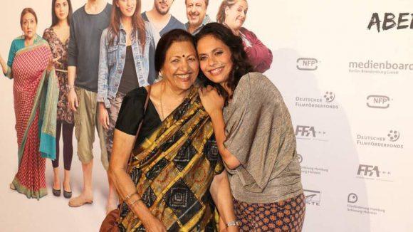 """In ihrem Film """"Marry Me!"""", der am Montagabend im Cineplex in den Neukölln Arcaden Premiere feierte, verarbeitet Neelesha Barthel (r.) auch Erfahrungen ihrer Großmutter Rama Vara."""