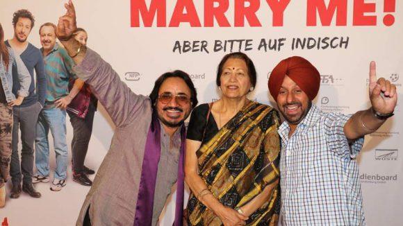 Hier wird Rama Vara von den singenden Taxifahrern Lovely und Monty Bhangu aus Hamburg eingerahmt.