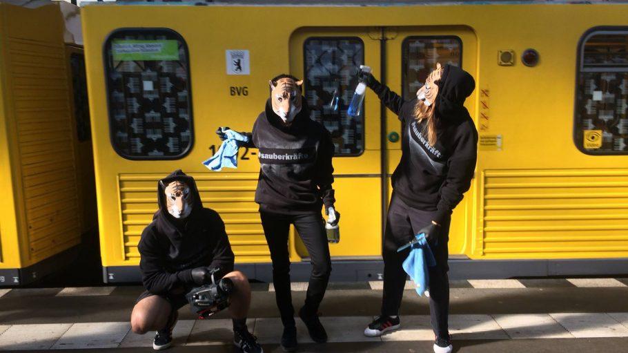Ein Putztrupp der besonderen Art: Die Mitglieder der Sauberkräfte Crew sind mit Putzmitteln bewaffnet, um die U-Bahn zu reinigen.