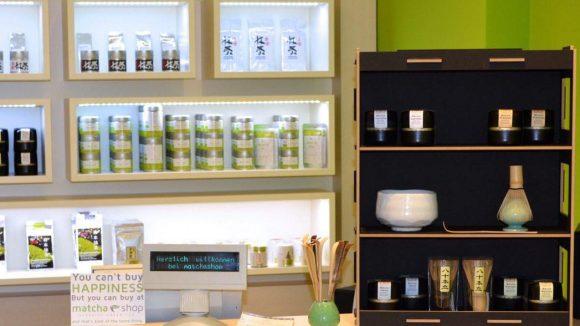 Das Geschäft in der Belforter Straße bietet neben verschiedenen Matcha-Teesorten auch Schalen, Bambusbesen und Sets an.
