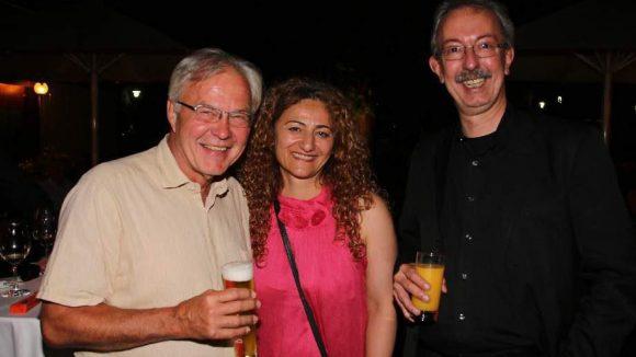 Und der andere Geschäftsführer des Cabaret, Matthias Borgmann, war natürlich auch da (l.). Hier zusammen mit dem Bezirksbürgermeister von Mitte, Dr. Christian Hanke, und dessen Lebensgefährtin Ülker Akoglu.