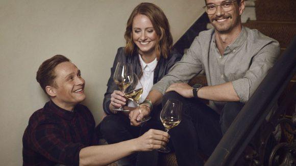 Prösterchen! Matthias Schweighöfer (l.), Juliane Eller und Joko Winterscheidt stoßen mit und auf ihren neuen Grauburgunder an.