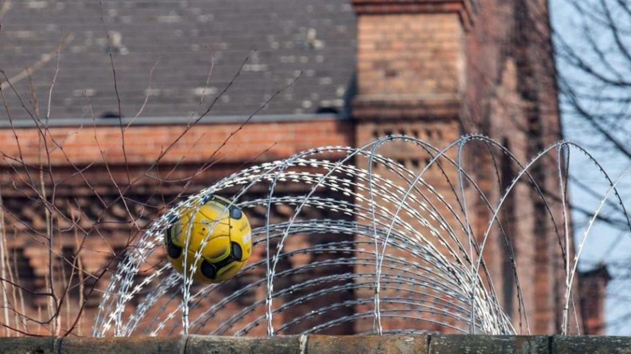 Bälle gehören nicht zu den typischen Dingen, die über die Mauer in Berlins Vollzugsanstalten geschmuggelt werden. Aber Döner sind dabei.