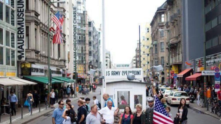 Das Haus am Checkpoint Charlie ist - ebenso wie das alliierte Wachhäuschen mitten auf der Friedrichstraße - ein beliebtes Ziel bei Berlin-Besuchern.