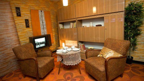 Das private Mauermuseum gibt Einblicke in die Wohnkultur der DDR.
