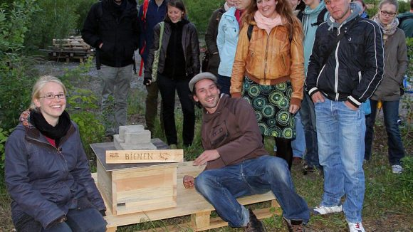 Die Imker und ihre Helfer aus dem Mauergarten.
