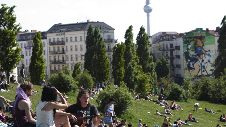 Laute Musik im Mauerpark könnte ein Problem werden, wenn die geplante Bebauung an das Gelände heranrückt.