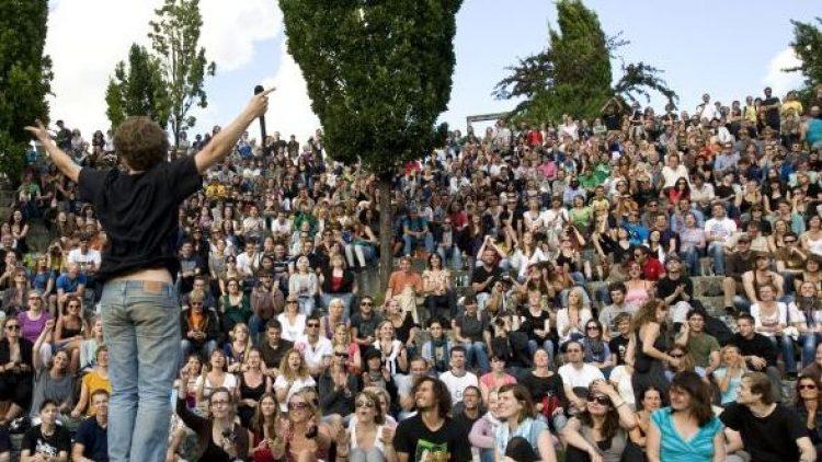 Selbst wer zum Bummeln in den Mauerpark gekommen ist, wird früher oder später an einem der schrulligen Karaokesänger hängenbleiben.