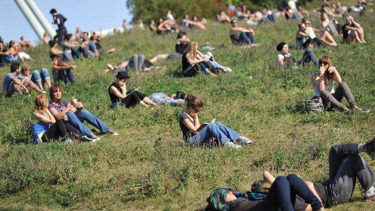 Bald gibt es im Mauerpark noch mehr Platz zum im Grünen sitzen.