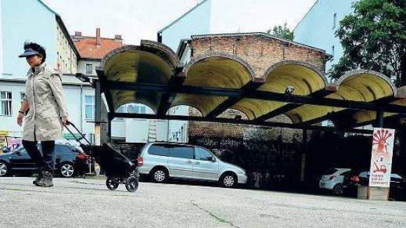 Auffällig unauffällig. Was hier Autos vor dem Regen schützt, war einst die Überdachung der Grenzkontrollanlagen an der Bornholmer Straße.