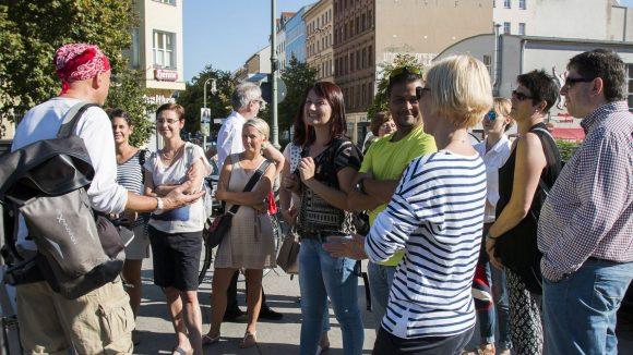 Eine Stadtführung, bei der es dank Berliner Insider-Infos nicht so steif zugeht: BFB BestMedia4Berlin GmbH war zum Jubiläum vom kompakt Branchenmagazin auf Tour.