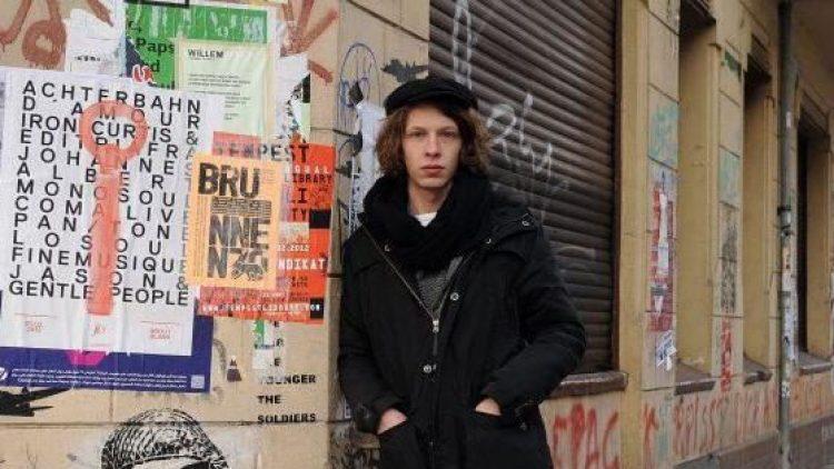 Bevor sein Name ein Begriff wurde, studierte Max Prosa Physik und lebte bei seinem Vater in Charlottenburg. Mittlerweile hat er sein erstes Album als Singer-Songwriter veröffentlicht und wohnt in Neukölln.