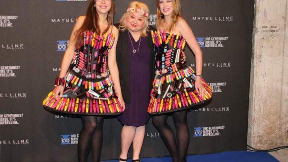 Visagistin Betty Amrhein mit zwei Maybelline-Models in mehr oder weniger praktischem Schmink-Dress.