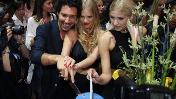 Boris Entrup, Lena Gercke und Marloes Horst beim Anschneiden der Geburtstagstorte.