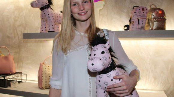 Model Katrin Thormann schnappte sich ein süßes Pferdchen.